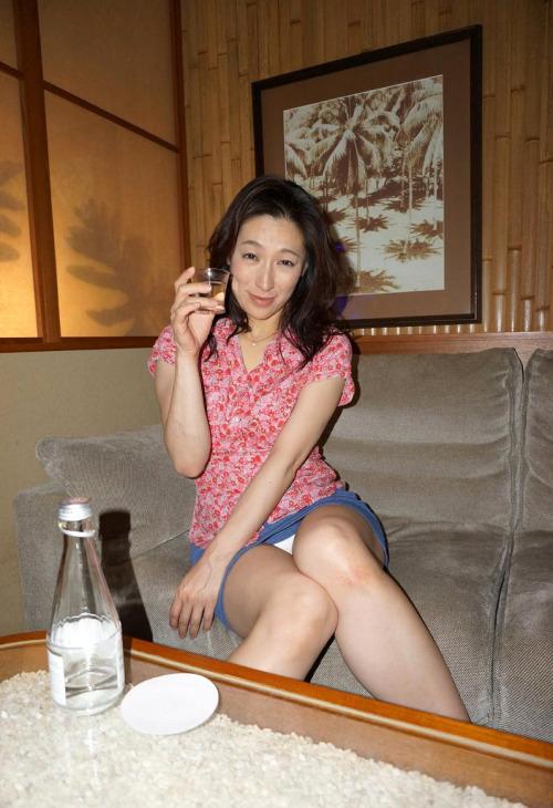 สาวสวยกินเหล้า เมาแล้วเงี่ยน โชว์นิดๆหื่นนิดๆจิตแจ่มใส ภาพแอบถ่าย