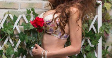 สาวสวยกับดอกไม้ ไฉไลสุดๆ รูปจากหนังโป๊