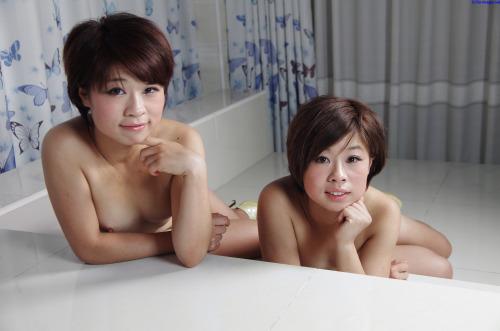 แฝดสาวโชว์เสียวพิมเดียวแต่เสียวคนละแบบ รูปหลุด